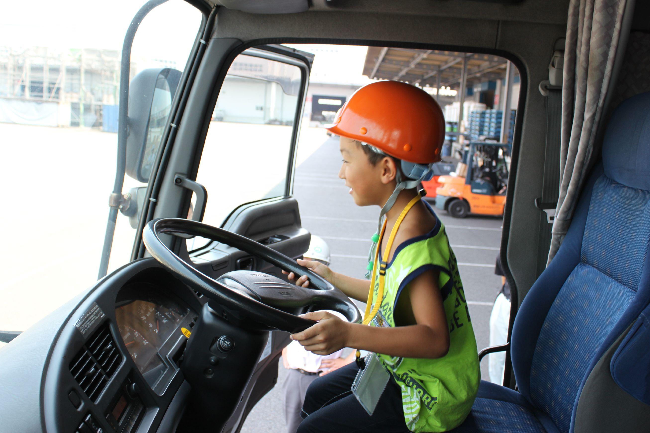 大型トラックに乗車体験
