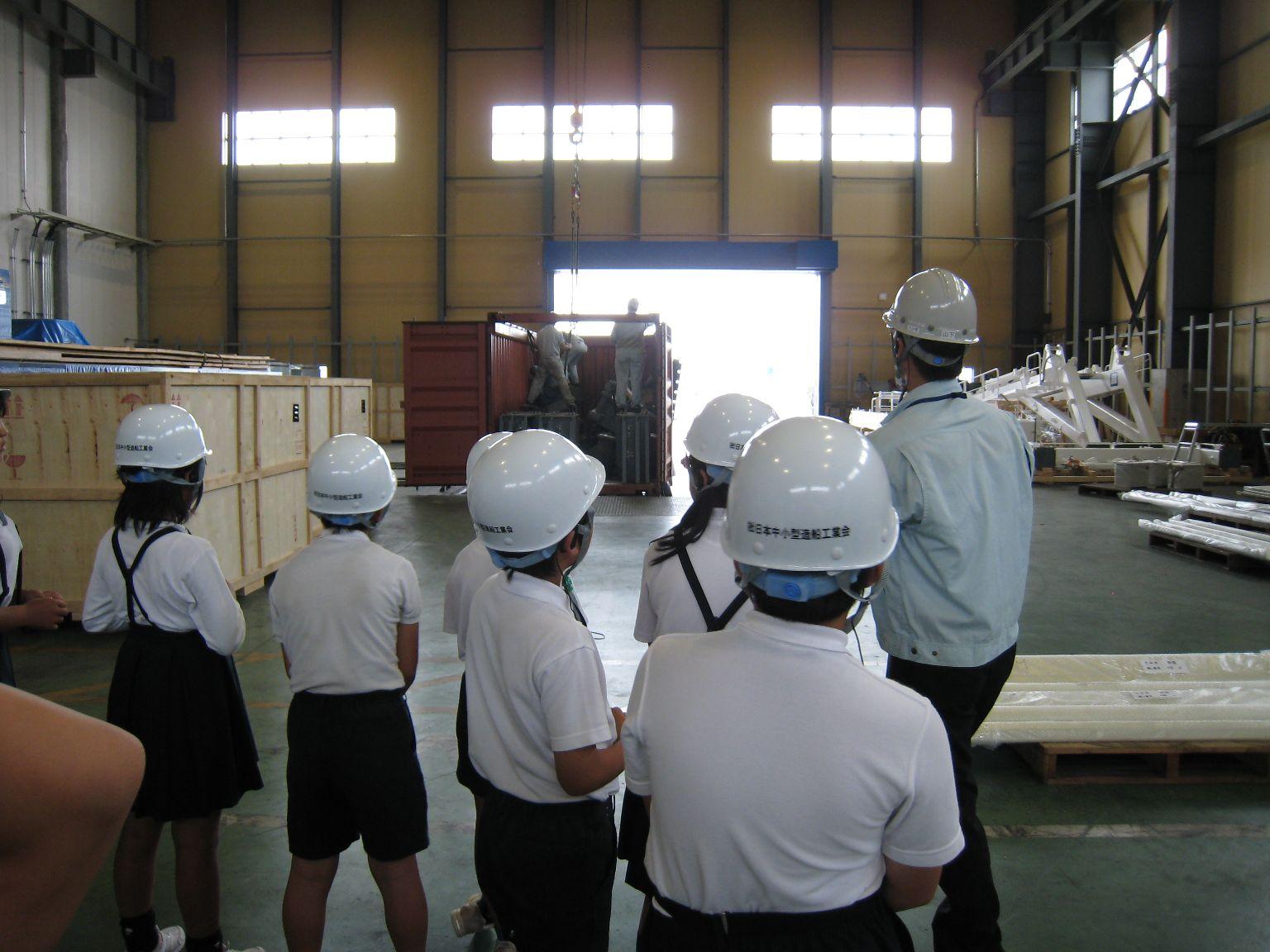 海外の造船所へ送る荷物が保管されている倉庫を見学